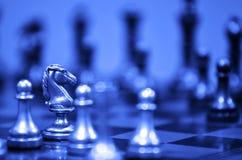 Jeu de société d'échecs avec des morceaux prêts à jouer Images libres de droits