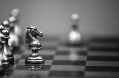 Jeu de société d'échecs avec des morceaux prêts à jouer Photo stock