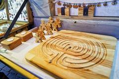 Jeu de société en bois fait main en vente pendant le marché de Noël de Riga Photo libre de droits