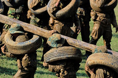 Jeu de soldats sur l'entraînement militaire rectifié (camp de bataille) action exécution Image stock