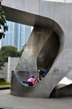 Jeu de trois enfants sur la grande sculpture Changhaï Chine en métal Images libres de droits