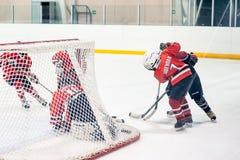 Jeu des équipes de glace-hockey d'enfants Photos libres de droits