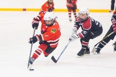 Jeu des équipes de glace-hockey d'enfants Photographie stock