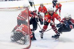 Jeu des équipes de glace-hockey d'enfants Photo libre de droits