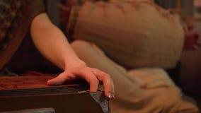 Jeu des instruments ethniques traditionnels dans un ensemble clip Instrument musical traditionnel banque de vidéos