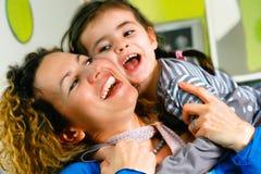 jeu des jeux d'amusement avec la maman Photographie stock libre de droits