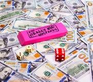 Jeu : Dispersé cent billets d'un dollar avec des matrices Photos stock