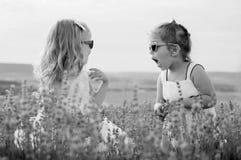 Jeu drôle de deux petites filles Photographie stock