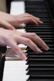Jeu du piano photographie stock libre de droits