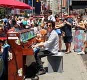 Jeu du piano dans les Times Square photos libres de droits