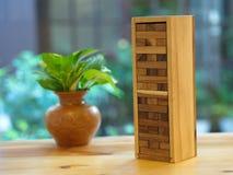 Jeu en bois de bloc Jouet en bois de cube en Contruction de tour images stock