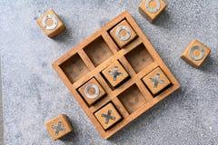 Jeu en bois de l'orteil O X de tac de tic photographie stock