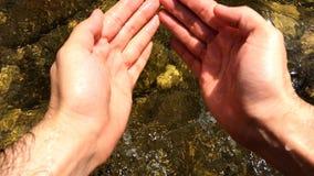 Jeu en eau de rivière froide clips vidéos