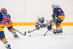 Jeu entre les équipes de glace-hockey d'enfants Photographie stock