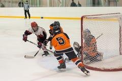 Jeu entre les équipes de glace-hockey d'enfants Photo stock