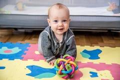 Jeu et rampement de bébé images libres de droits