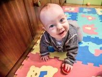 Jeu et rampement de bébé photographie stock
