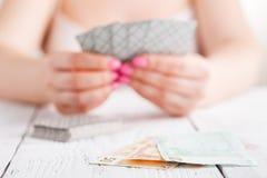 Jeu femelle avec des cartes de jeu Photographie stock libre de droits