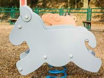 Jeu formé par âne dans une cour de jeu d'enfants Photo stock