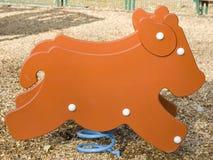 Jeu formé par vache dans une cour de jeu d'enfants Photo libre de droits