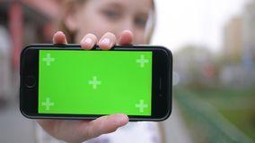 Jeu gentil de jeu d'écran de vert de Smartphone d'exposition de fille banque de vidéos