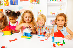 Jeu gentil de petits enfants avec les blocs en plastique Images libres de droits
