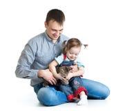 Jeu heureux d'enfant et de papa avec le chaton Photo stock