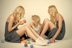 Jeu heureux de famille avec des boules de jouet Amour, bonheur, parenting Photographie stock libre de droits