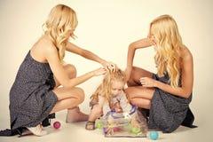 Jeu heureux de famille avec des boules de jouet Petits garçon d'enfant et femmes de jumeaux, parents Photos stock