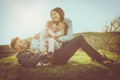 Jeu heureux de famille extérieur Famille appréciant ensemble en nature Photo stock