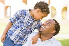 Jeu heureux de père et de fils de chemin mélangé Photo libre de droits