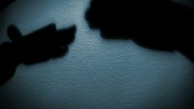 Jeu imitateur : les ombres des bras des personnes rendent une causerie impulsive de deux chiens banque de vidéos