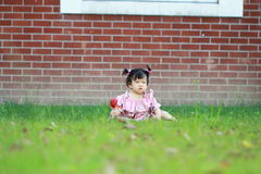 Jeu innocent mignon de bébé sur la pelouse Photo libre de droits