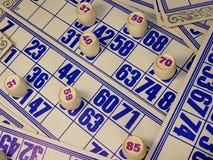 Jeu, loto, cartes, barils avec des nombres rouges Image stock