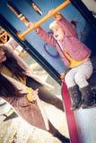 Jeu Mère avec la fille dans le terrain de jeu Photo stock