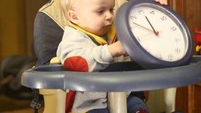 Jeu mignon de bébé garçon de mois 9-10 avec l'horloge - chronométrez le concept clips vidéos