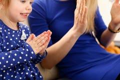 Jeu mignon de petite fille avec le Pat-un-gâteau de maman Images libres de droits
