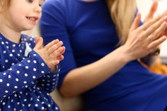 Jeu mignon de petite fille avec le Pat-un-gâteau de maman Image libre de droits