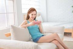 Jeu mobile de jeu de femme heureusement photos libres de droits