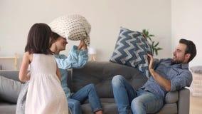 Jeu préscolaire de fille avec le combat d'oreiller avec les parents actifs clips vidéos