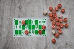 Jeu se développant de loto de jeu de table de bingo-test vieux avec les éléments en bois et bingo-test de cartes sur un fond en b Images stock