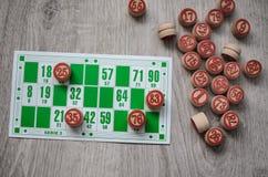 Jeu se développant de loto de jeu de table de bingo-test vieux avec les éléments en bois et bingo-test de cartes sur un fond en b Photos stock