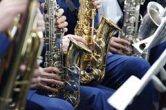 Jeu sur le saxophone image stock