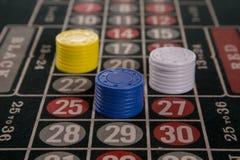 Jeu sur une table de roulette avec différentes puces Photographie stock