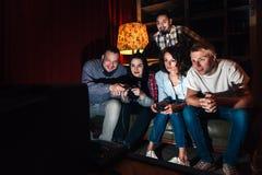 Jeu vidéo de jeu de société d'amis, divertissement d'amusement Images libres de droits