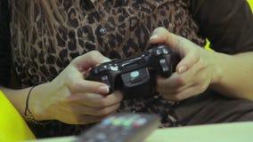 Jeu vidéo jouant femelle, amusement, problèmes adolescents, habitude de jeu banque de vidéos