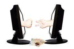 Jeu virtuel par forme de main d'Internet de la pierre de papier de ciseaux sur le fond blanc avec l'argent - concept d'affaires d Photographie stock libre de droits
