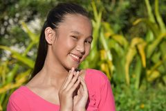 Jeugdig Filipina Teenage Female Praying stock afbeelding