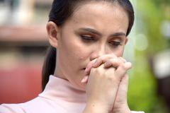 Jeugdig Filipina Woman Praying royalty-vrije stock afbeelding