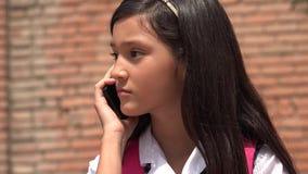 Jeugdige Vrouwelijke Gebruikende Celtelefoon en Ongelukkig Royalty-vrije Stock Foto